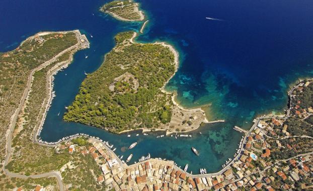 http://www.sailingissues.com/aerial-photos/gaios-paxos1.png